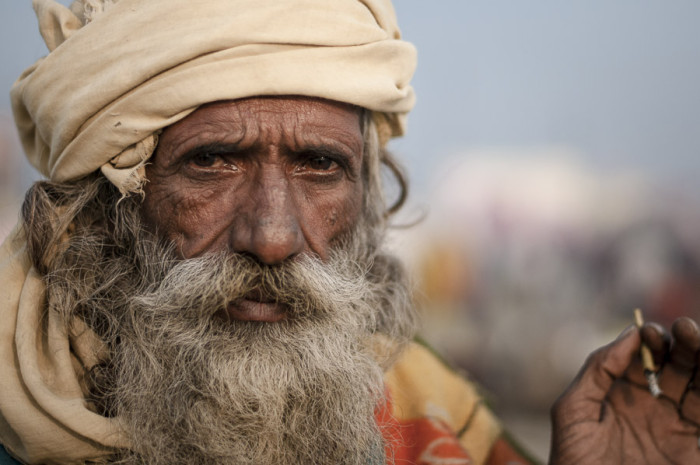portrait-biri-cigarette-india-kumbh-mela-sadhu-oldman-india-allahabad-culture