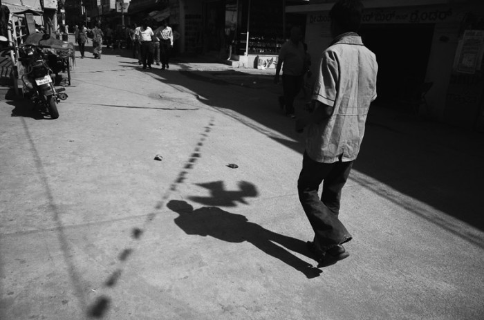 birds-kite-flying-shadow-india-street-best-photography