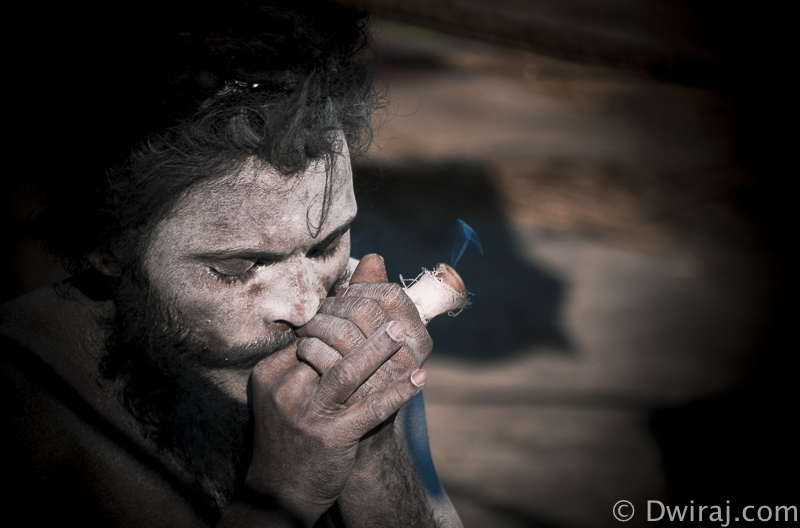 maha-kumbh-allahabad-2013-sadhu-smoking-hukka-culture-india-street-life-photography