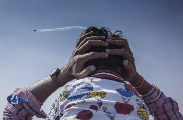 air-show-father-prtecting-child-noise-street-love